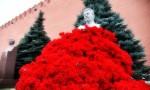 К могиле Иосифа Сталина принесли тысячи гвоздик