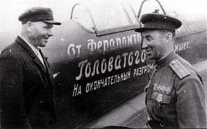 Ferapont_Golovatov_vruchaet_istrebitel_YAk-1B_letchiku_Borisu_Ereminu