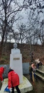 НА ВСТРЕЧУ 150-ЛЕТИЮ В.И.ЛЕНИНА Севастопольские пионеры обновили памятник В.И.Ленину в Троицкой балке.