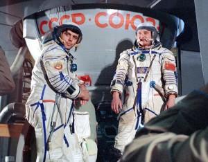 Космонавты Л.Д. Кизим и В.А. Соловьев на корабле «Союз T-15»