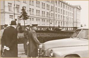 Stalin_i_GAZ-M-20_Pobeda--na-ivanovskoj-plowadi-kremlja